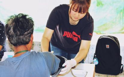 カンボジアの住民の血圧を測る日本人公衆衛生インターン